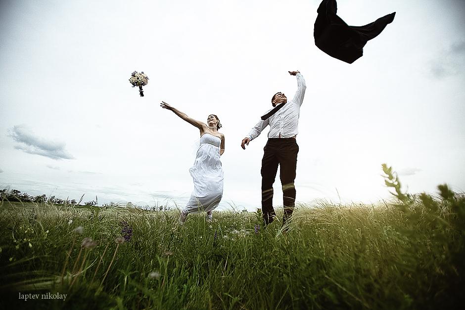 свадебный костюм жениха и платье